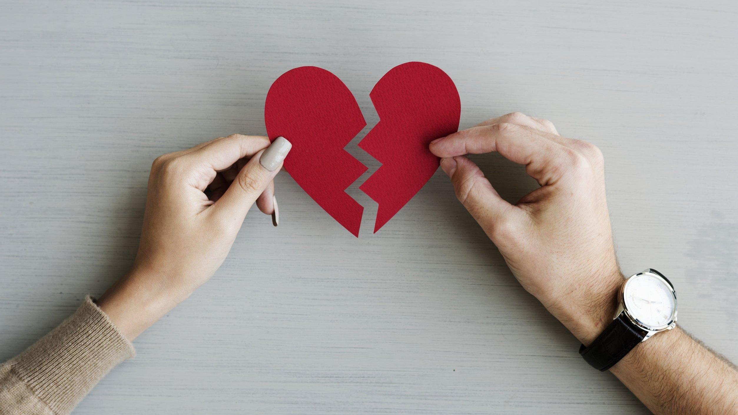 Foto de coração de papel partido ao meio