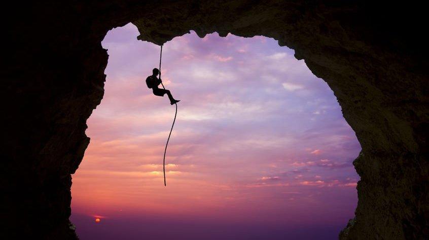 Pessoa escalando corda