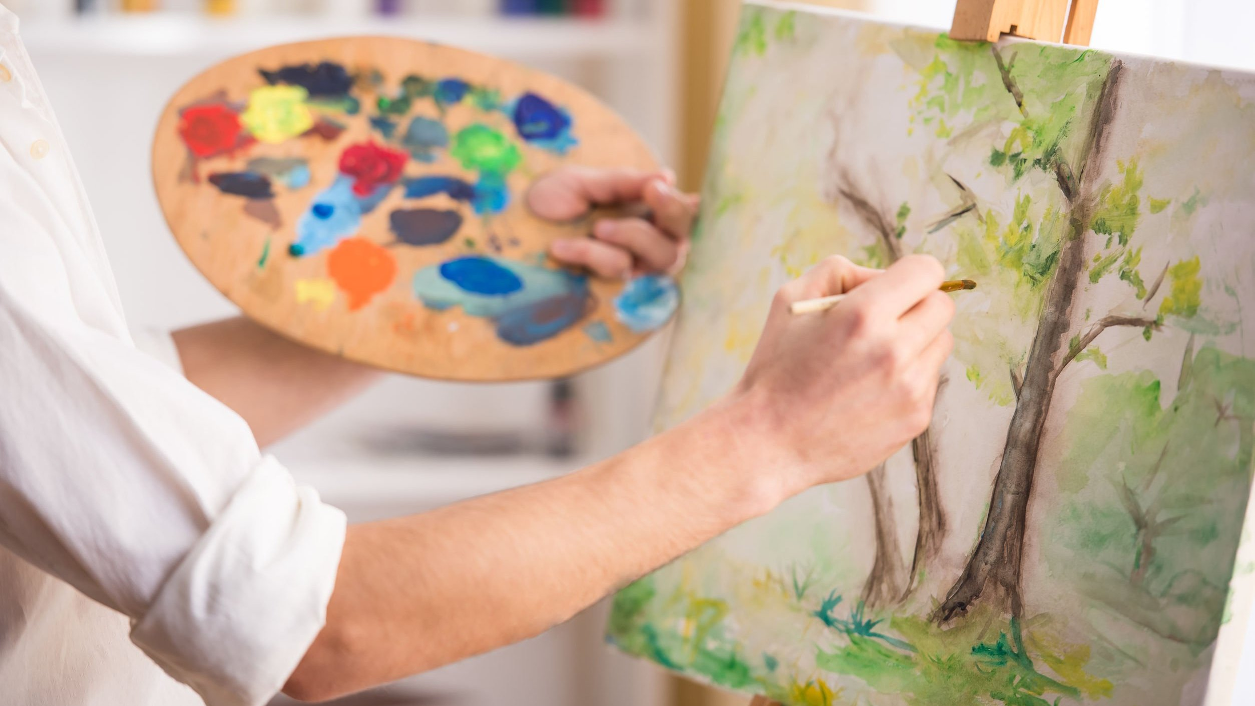 Foto de pessoa pintando quadro