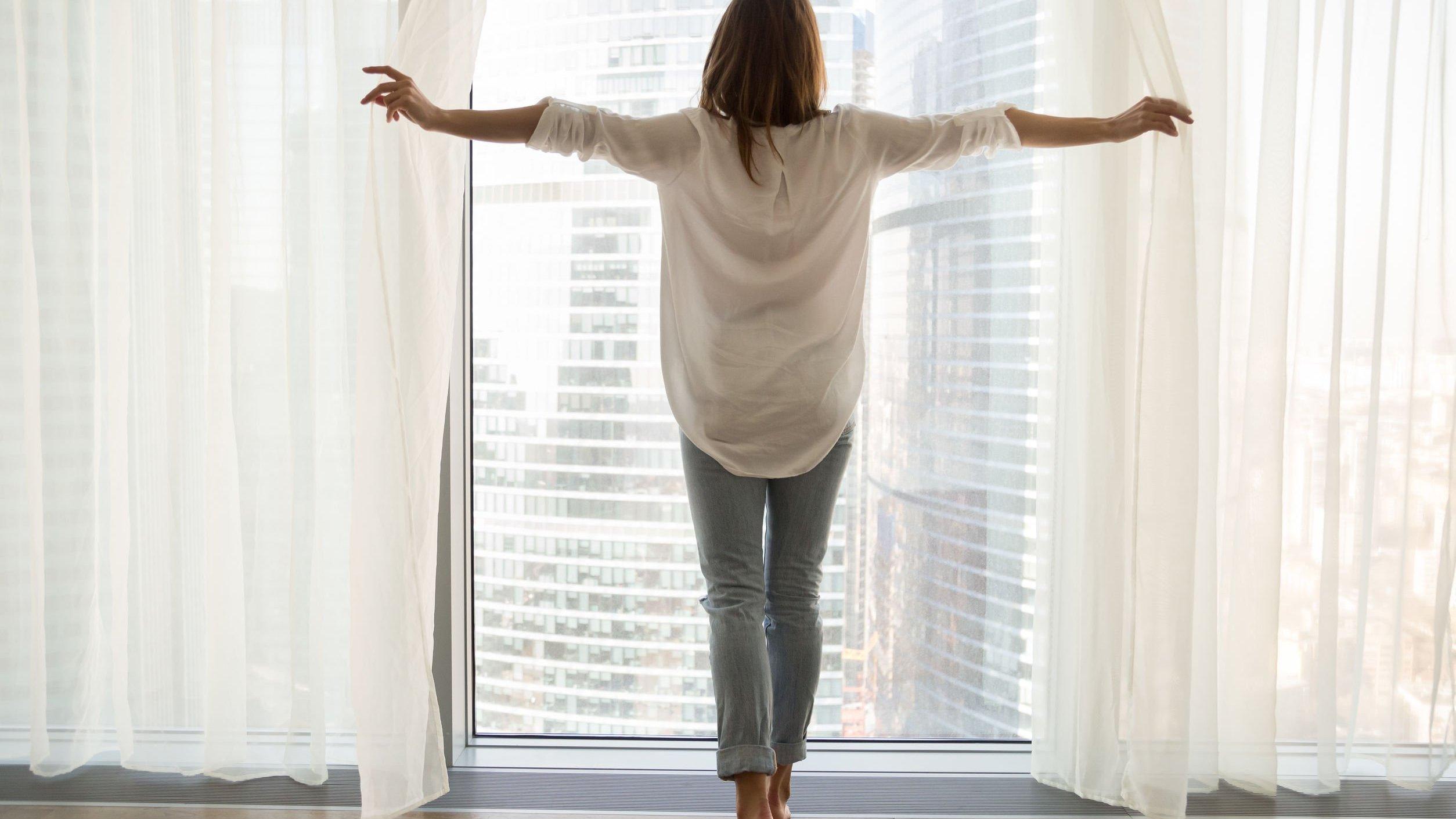 Foto de mulher olhando pela janela