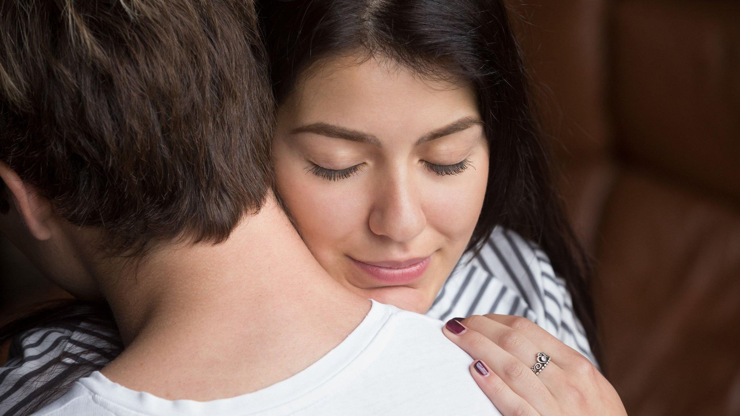 Foto de pessoas se abraçando