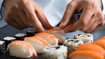 Foto de comida japonesa sendo feita
