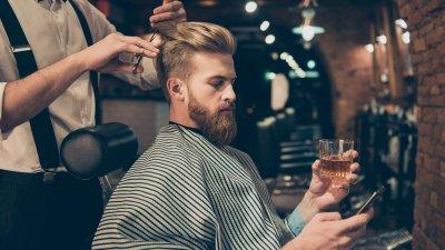 Foto de homem cortando o cabelo