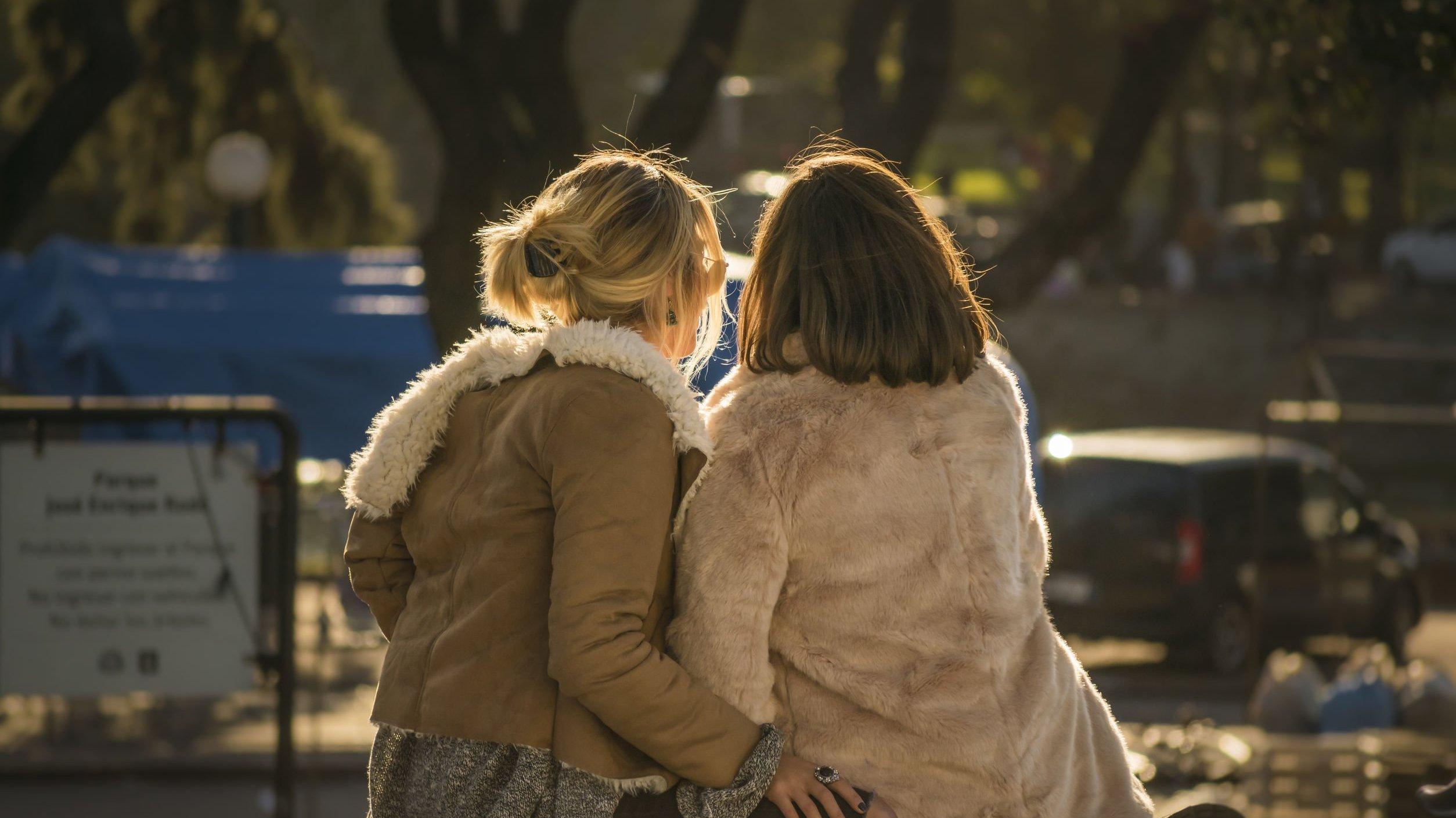 Duas mulheres sentadas em um parque