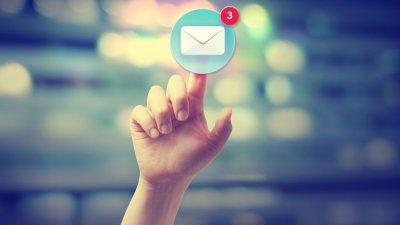 Mão apontando para um ícone de mensagem com notificação.