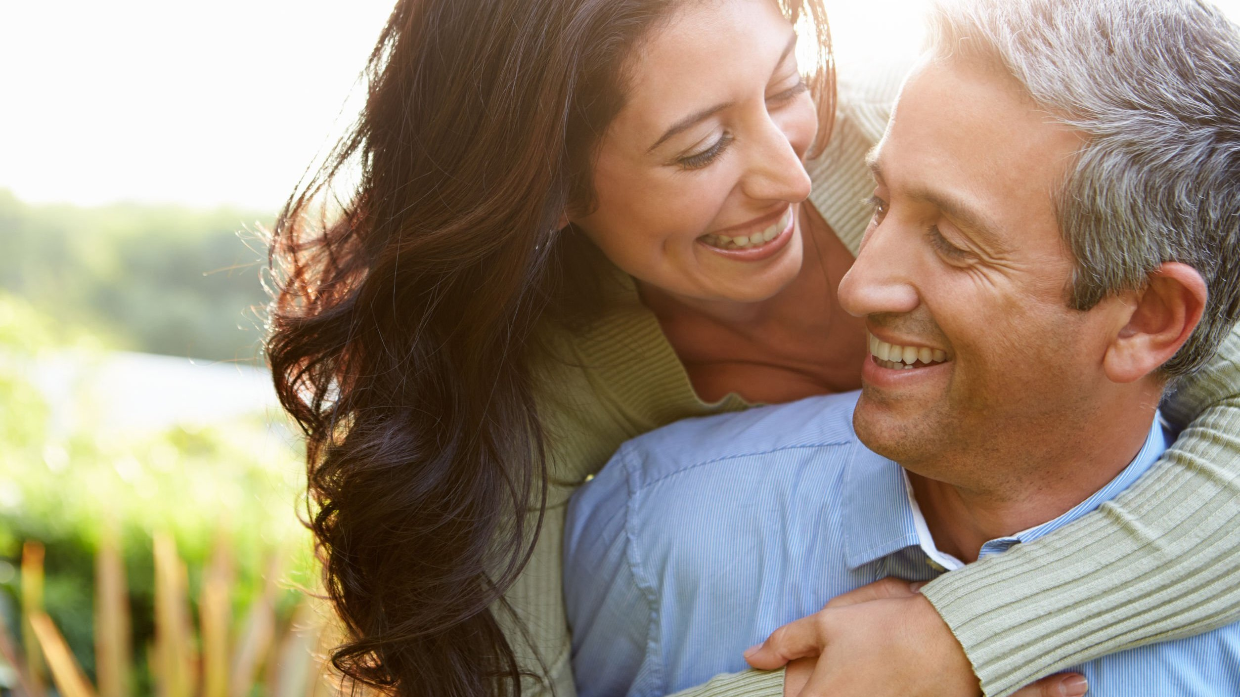 Imagem de casal sorrindo feliz