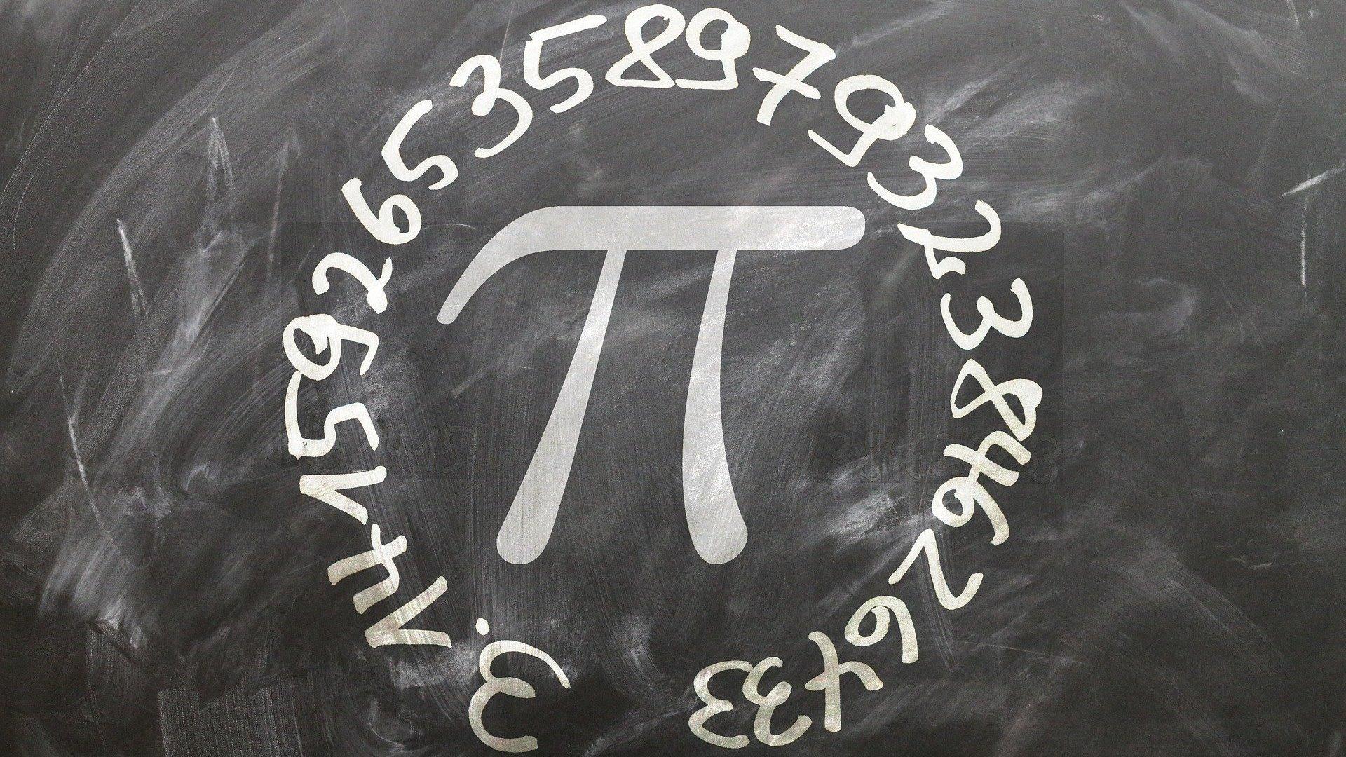 Símbolo do π (Pi) escrito em uma lousa com números em volta.