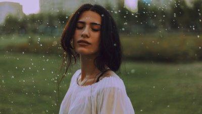 Foto de mulher tomando banho de chuva
