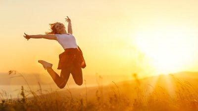 Foto de mulher pulando feliz