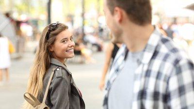 Imagem de mulher sorrindo olhando para homem