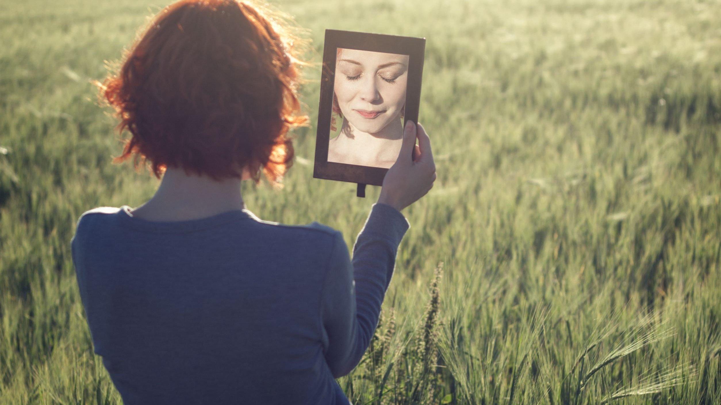 Mulher no gramando olhando para o espelho