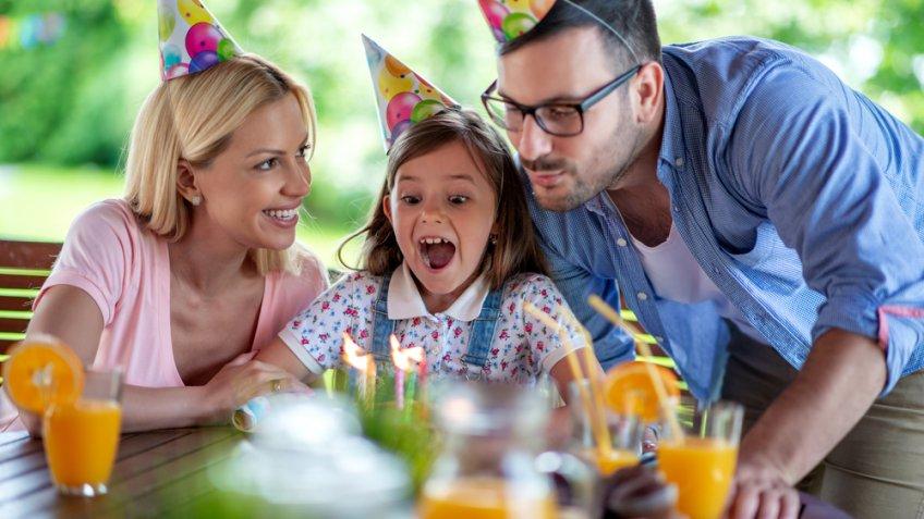 Mãe e pai comemorando aniversário de filha.