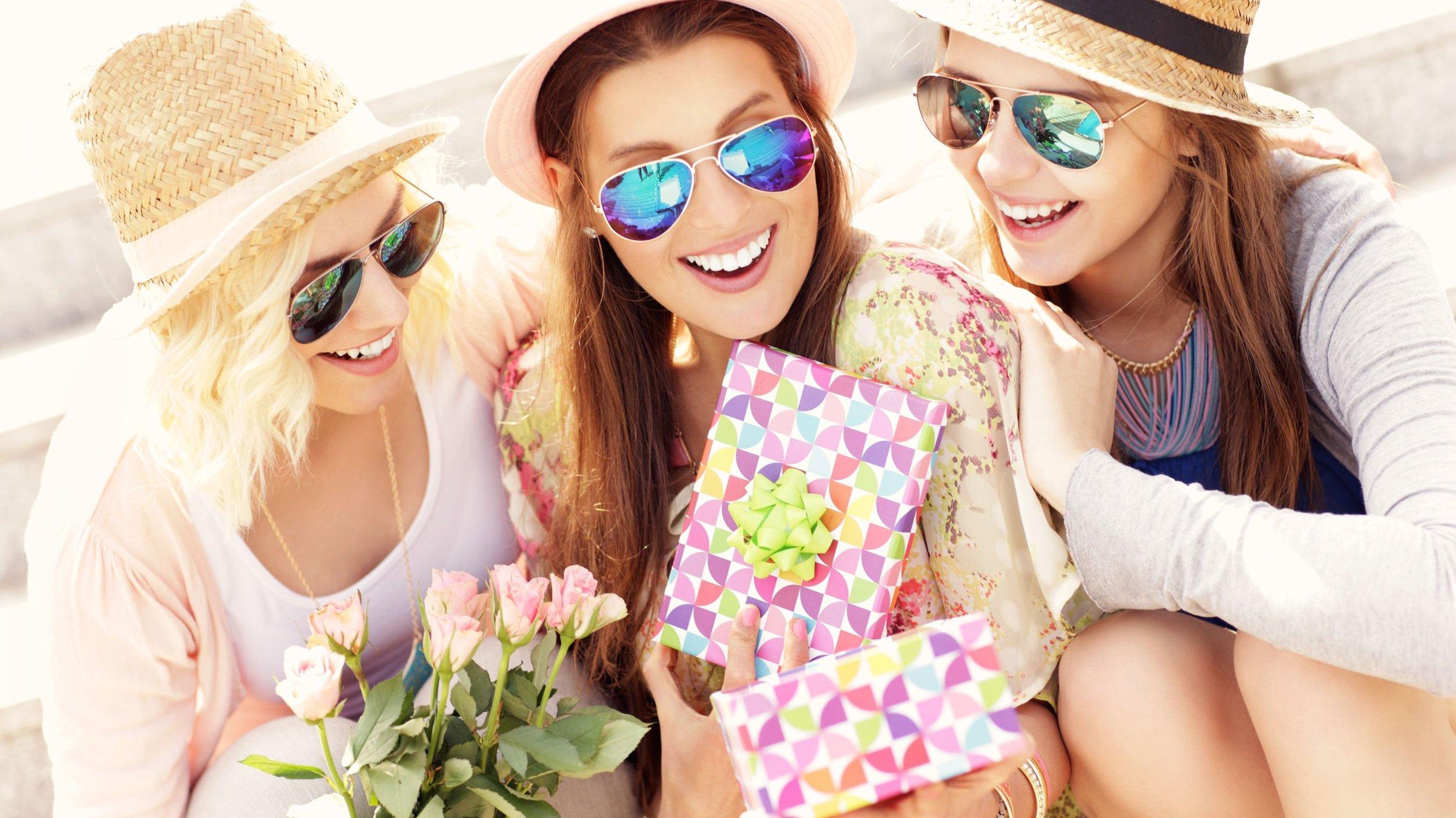 Imagem de mulheres juntas felizes com presente na mão