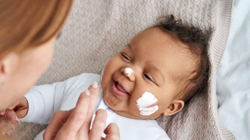 Bebê com bolo de aniversário