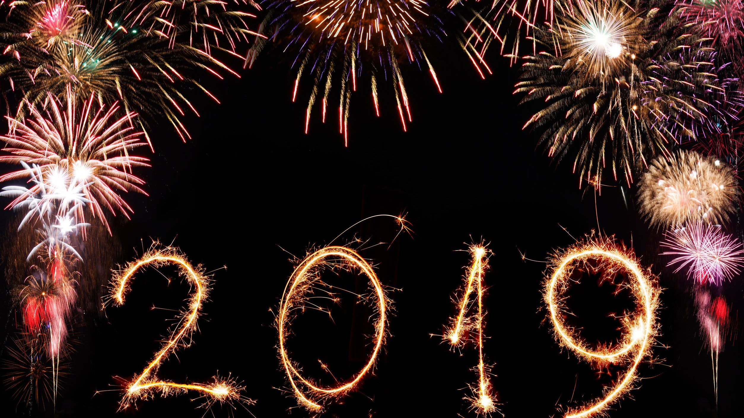 Fogos de artifício formando a palavra 2019