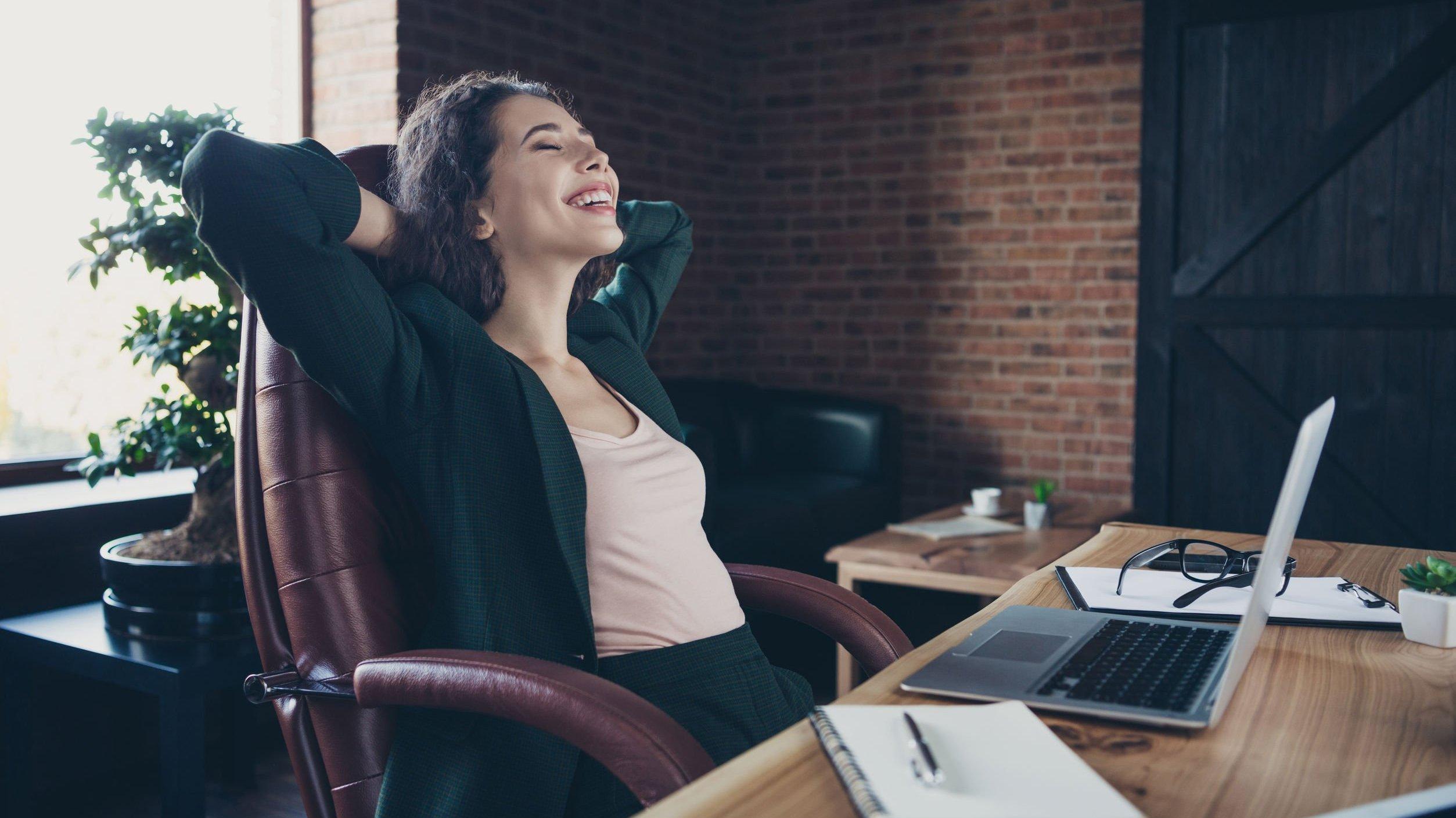 Foto de mulher mexendo em computador