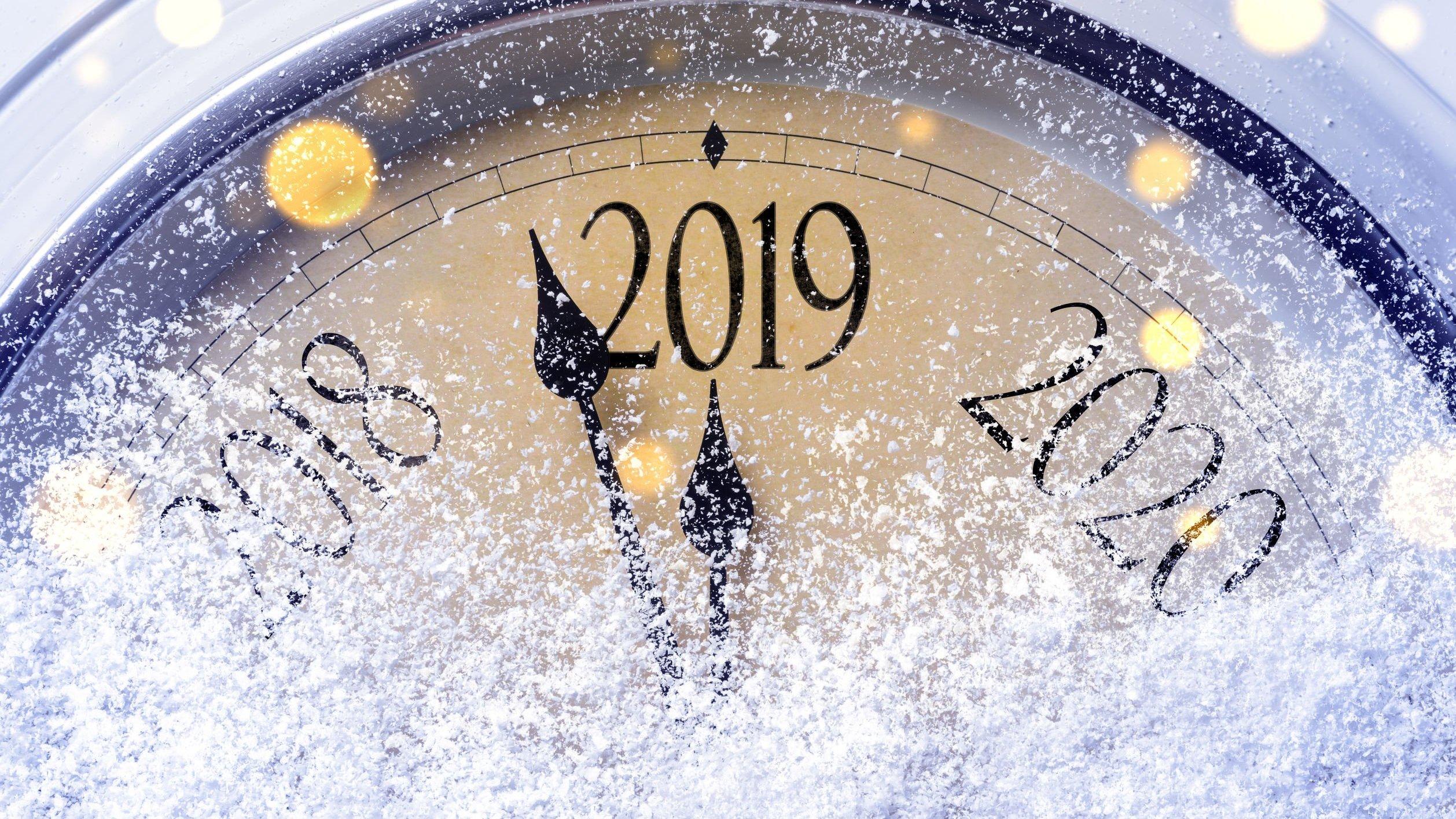 Relógio coberto de neve com o ponteiro indicando o ano de 2019.