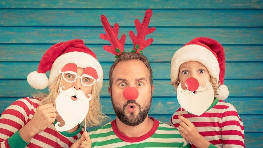 Mulher, homem e garoto caracterizados para o natal.