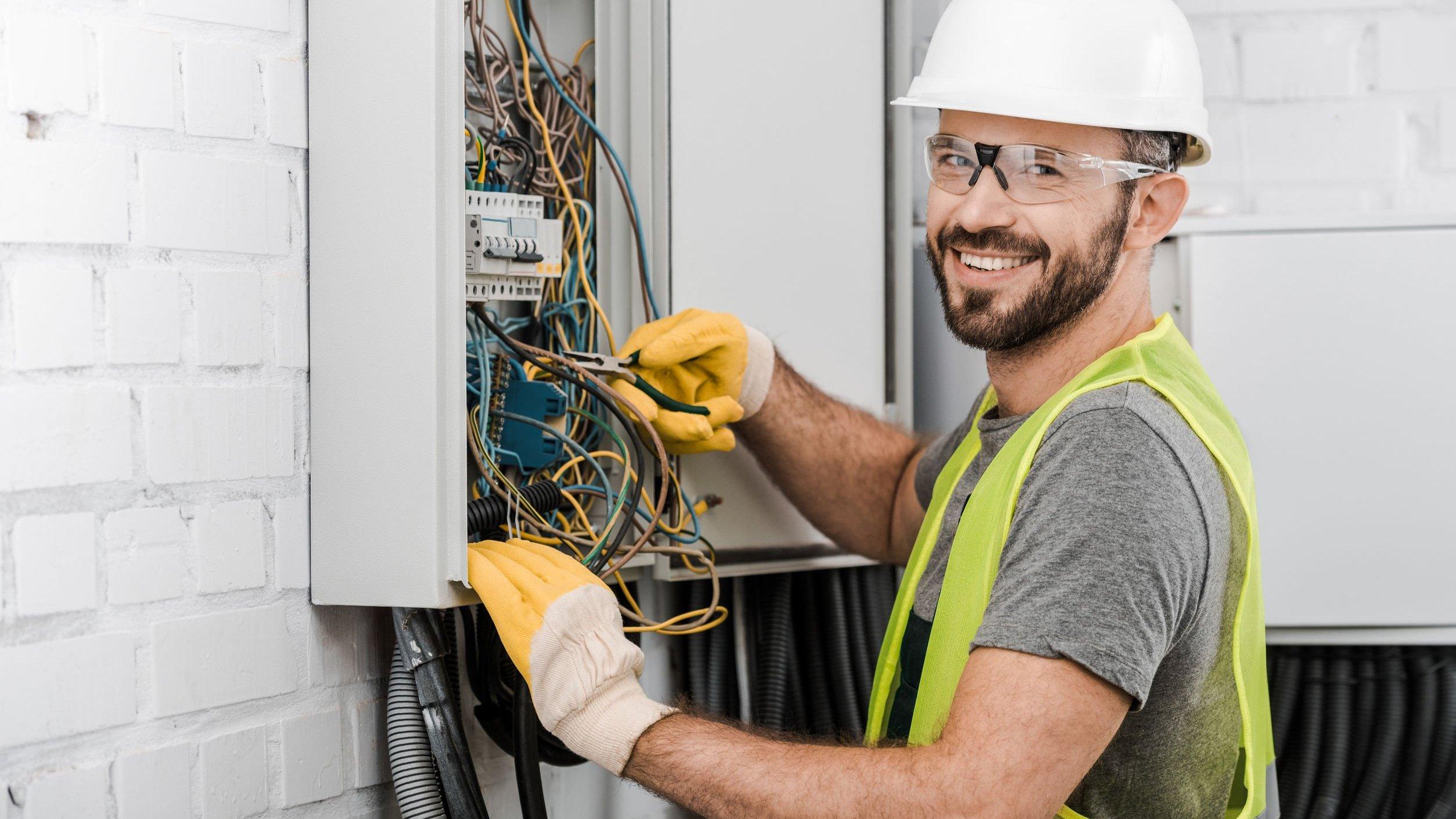 Foto de eletricista sorrindo