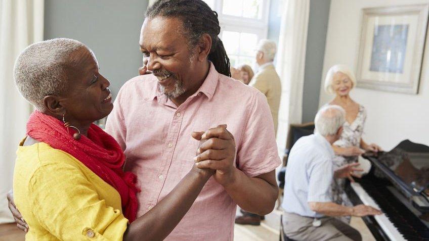 Casal de idosos dançando juntos