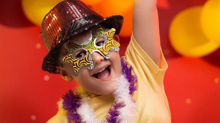 Criança se divertindo no carnaval do Brasil