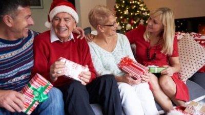Família em sofá no Natal