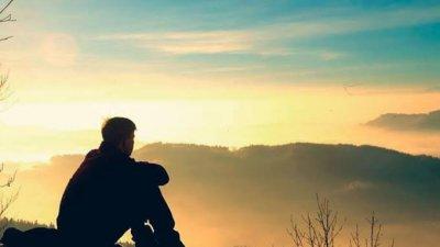Imagem de pessoa observando paisagem