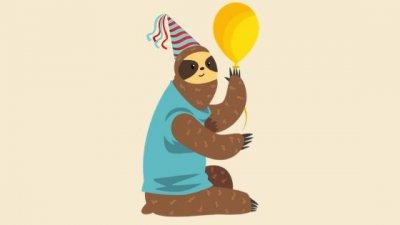 Ilustração de um bicho preguiça com chapéu de aniversário segurando um balão, sobre fundo amarelo.
