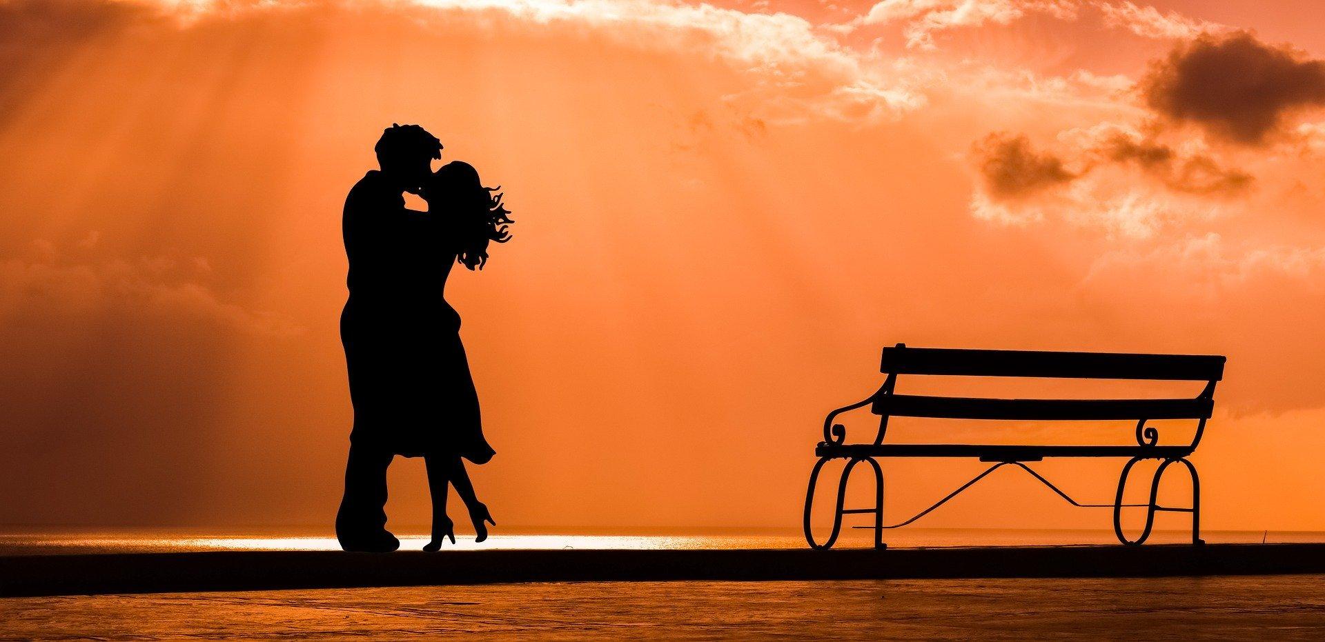 Foto de casal se beijando