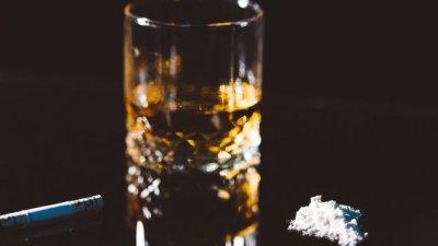 Imagem de mão oferecendo cigarro e mão recusando