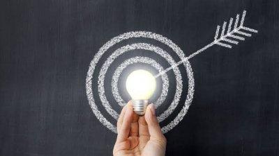 Imagem de lampada acesa no centro de alvo desenhado
