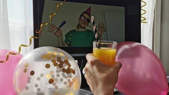 Mulher com balões de aniversário