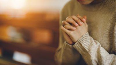Ilustração de prédios a noite com mensagem de boa noite