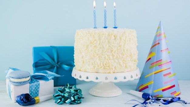 Bolo de aniversário com velas acesas.