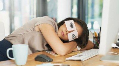 Mulher dormindo com desenho de olhos colados em suas pálpebras