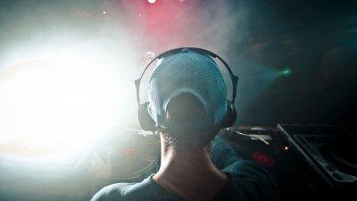 Imagem DJ tocando em festa
