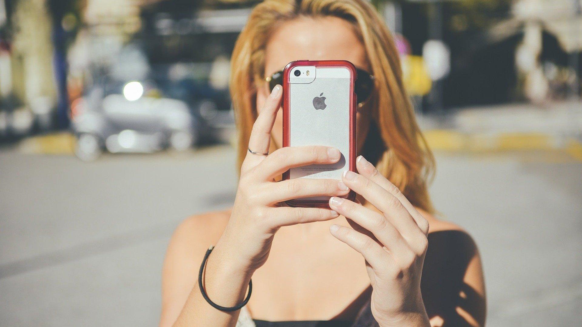 Imagem de mulher tirando foto