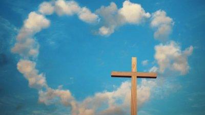 Cruz e nuvens em forma de coração