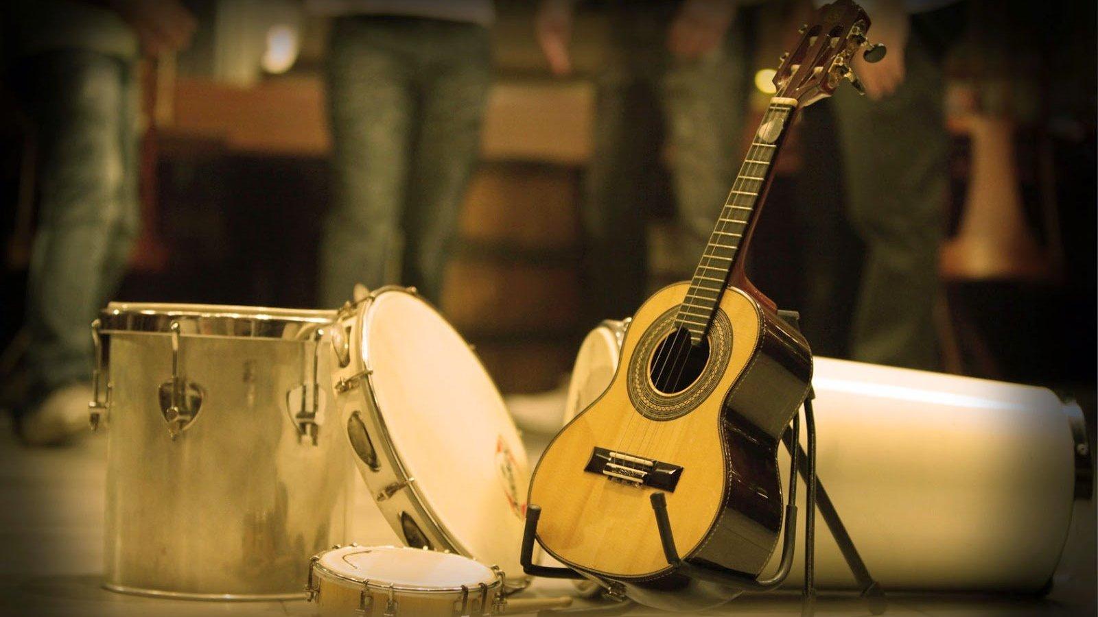 Instrumentos musicais: Violão, pandeiro e tambor