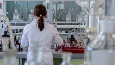 Imagem de pesquisador em laboratório