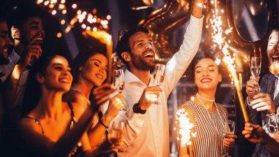 Grupo de amigos comemorando o fim de ano com copos de champanhe