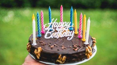 Imagem com balões coloridos e escrito