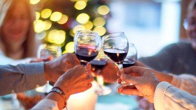 Família reunida sorrindo brindando com taça de champanhe