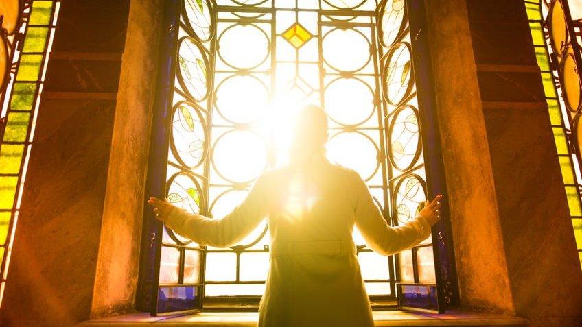 Pessoa olhando o Sol pela janela