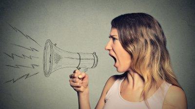 Mulher gritando em desenho de megafone