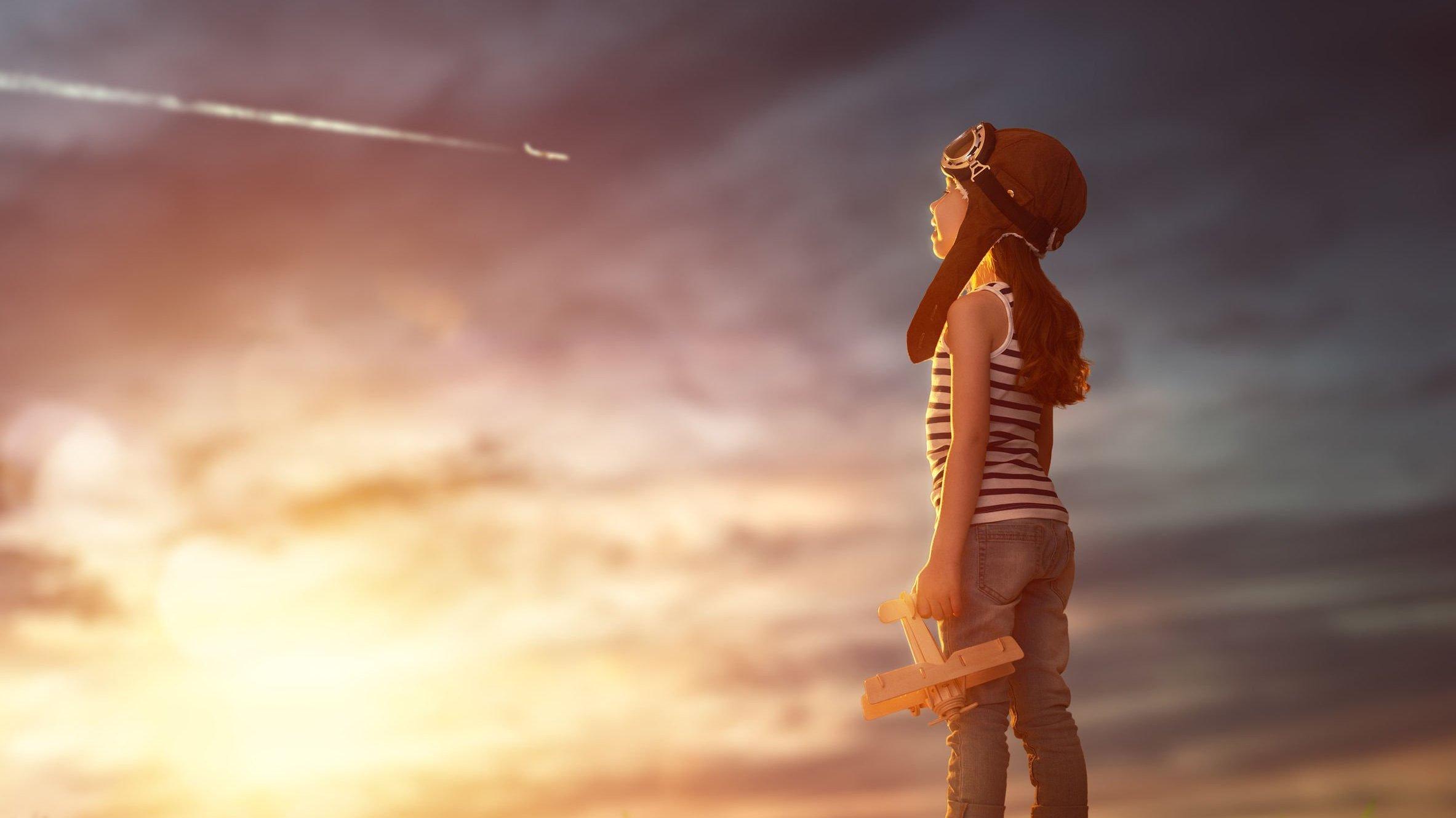 Foto de menino olhando pro céu