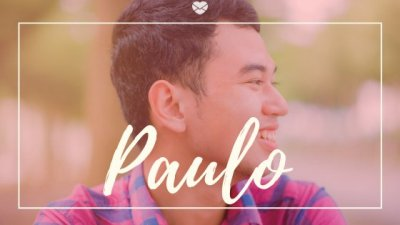 Homem ásiatico sorridente com o nome Paulo escrito em cima