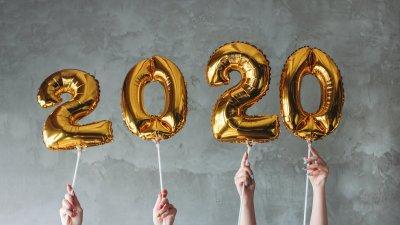 Homem e mulher celebrando o ano novo com balão do ano