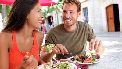 Homem e mulher almoçando