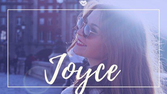 Mulher sorridente de óculos escuros com o nome Joyce escrito em cima